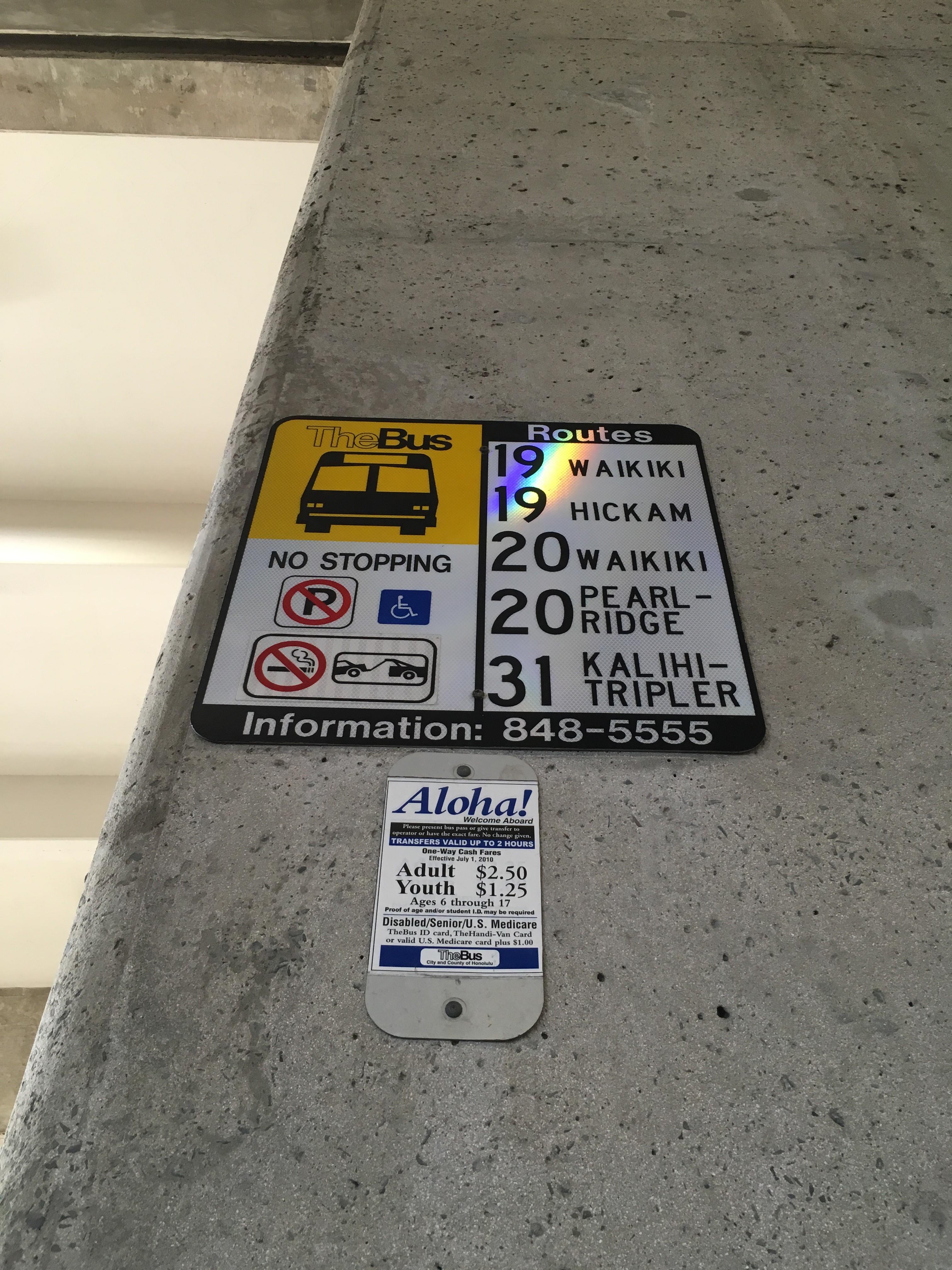 ホノルル空港から市内へ市バス2.5ドル(膝に乗る手荷物のみ持ち込み可能)